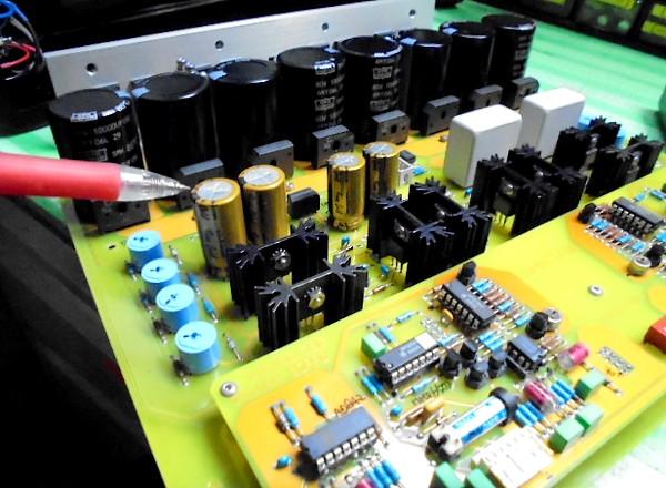 SPECTRAL DMA-150 写真列のコンデンサーを新品に交換。(純正コンデンサーの6倍程のオーディオグレード)